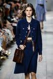 纽约, NY - 9月10日:模型走跑道在迈可・寇斯春天2015时尚汇集 库存图片