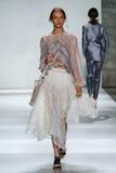 纽约, NY - 9月05日:模型走跑道在齐默尔曼时装表演 免版税图库摄影