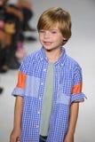 纽约, NY - 10月18日:模型走跑道在Anasai预览期间petitePARADE孩子时尚星期 库存照片