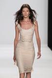 纽约, NY - 9月09日:模型走跑道在Badgley Mischka时装表演 免版税库存图片