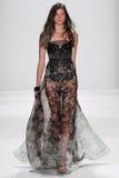 纽约, NY - 9月09日:模型走跑道在Badgley Mischka时装表演 免版税库存照片