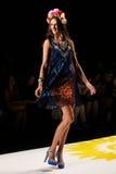 纽约, NY - 9月04日:模型走跑道在Desigual春天2015时装表演 免版税库存图片