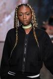 纽约, NY - 9月07日:模型走跑道在DKNY春天2015时尚汇集 免版税库存图片