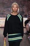 纽约, NY - 9月07日:模型走跑道在DKNY春天2015时尚汇集 免版税图库摄影