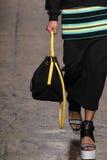 纽约, NY - 9月07日:模型走跑道在DKNY春天2015时尚汇集 免版税库存照片