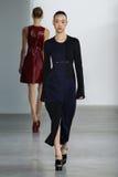 纽约, NY - 9月11日:模型,因此镭崔步行卡文・克莱汇集时装表演的跑道 库存图片