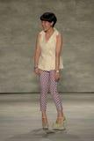 纽约, NY - 9月06日:设计师儿子Jung苍白步行儿子Jung苍白春天2015时装表演的跑道 库存照片