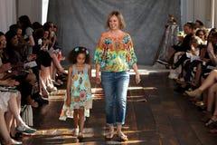 纽约, NY - 6月16日:设计师克莱尔Pettibone和她的女儿走跑道 库存图片