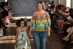纽约, NY - 6月16日:设计师克莱尔Pettibone和她的女儿走跑道 免版税图库摄影