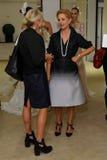 纽约, NY - 10月13日:设计师卡罗来纳州有客人的赫雷拉(r)卡罗来纳州赫雷拉新娘介绍的 免版税库存照片