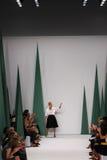 纽约, NY - 9月08日:设计师卡罗来纳州赫雷拉步行卡罗来纳州赫雷拉时装表演的跑道 库存照片