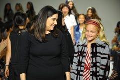 纽约, NY - 10月18日:设计师在教区牧师期间的跑道预览小的游行孩子时尚星期的阿什利张步行 库存照片