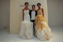 纽约, NY - 10月09日:设计师德拉有模型的焦万纳(c)在德拉焦万纳新娘跑道展示 图库摄影