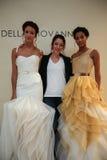 纽约, NY - 10月09日:设计师德拉有模型的焦万纳(c)在德拉焦万纳新娘跑道展示 库存图片