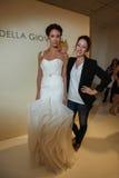 纽约, NY - 10月09日:设计师德拉有模型的焦万纳(r)在德拉焦万纳新娘跑道展示 库存照片