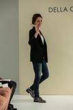 纽约, NY - 10月09日:设计师德拉焦万纳步行德拉焦万纳新娘跑道的跑道 免版税图库摄影