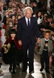 纽约, NY - 5月19日:设计师拉尔夫・洛朗和孩子步行拉尔夫・洛朗秋天14儿童的时装表演的跑道 库存照片