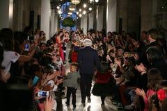 纽约, NY - 5月19日:设计师拉尔夫・洛朗和孩子走跑道 免版税库存图片