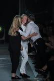 纽约, NY - 9月09日:设计师更加多小山的凯迪亚和Luella巴特利招呼马克・雅各布斯(r)在Marc由马克・雅各布斯时尚 库存照片