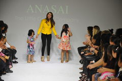 纽约, NY - 10月18日:设计师Sharreen A Talreja走跑道在Anasai预览期间在petitePARADE孩子时尚我们 库存照片