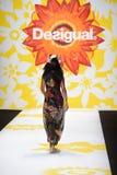纽约, NY - 9月04日:阿德瑞娜・利玛模型步行Desigual的跑道 库存图片