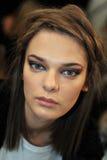 纽约, NY - 9月08日: 在春天2013年奔驰车时尚星期期间,模型准备后台在Katya Leonovich展示 免版税图库摄影