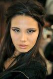 纽约, NY - 9月08日: 在春天2013年奔驰车时尚星期期间,模型准备后台在Katya Leonovich展示 免版税库存图片