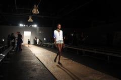 纽约, NY - 9月05日: 模型走跑道排练在DL 1961保险费牛仔布春天2013时装表演 库存照片