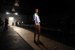 纽约, NY - 9月05日: 模型走跑道排练在DL 1961保险费牛仔布春天2013时装表演 免版税图库摄影