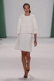 纽约, NY - 9月08日:Model约瑟芬Le Tutour步行卡罗来纳州赫雷拉时装表演的跑道 库存图片