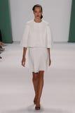 纽约, NY - 9月08日:Model约瑟芬Le Tutour步行卡罗来纳州赫雷拉时装表演的跑道 图库摄影