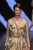 纽约, NY - 9月08日:Model Saskia de Brauw步行唐娜Karan春天2015时尚汇集的跑道 免版税库存图片