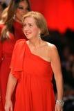 纽约, NY - 2月06日: 佩带Adrianna Papell结构的辛迪教区牧师跑道在重点真相的红色礼服收集durin 库存照片