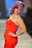 纽约, NY - 2月06日: 凯利佩带Zac Posen结构的Osbourne跑道在重点真相的红色礼服收藏在Fal期间 库存图片