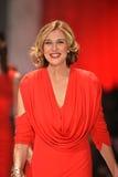 纽约, NY - 2月06日: Brenda严格的佩带的Marc Bouwer结构重点真相的红色礼服收藏的跑道在Fa期间 图库摄影