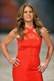 纽约, NY - 2月06日: Jillian佩带Cushnie和Ochs的Michaels走跑道在重点真相的红色礼服收藏du 免版税图库摄影