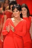 纽约, NY - 2月06日: Kris佩带Badgley Mischka结构的Jenner跑道在重点真相的红色礼服收藏在期间 库存照片