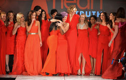 纽约, NY - 2月06日: (L-R) Wendy威廉斯,辛迪教区牧师, Jillian Michaels,肯德尔Jenner, Kylie Jenner, Kris Jenner,措尼 免版税库存图片