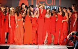 纽约, NY - 2月06日: (L-R) Wendy威廉斯,辛迪教区牧师, Jillian Michaels,肯德尔Jenner, Kylie Jenner, Kris Jenner,措尼 库存图片