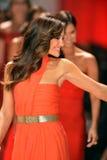 纽约, NY - 2月06日: Minka佩带奥斯卡de la Renta结构的凯利跑道在重点真相的红色礼服收集durin 免版税库存照片