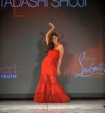 纽约, NY - 2月06日: Roselyn佩带Tadashi扯窗结构的桑切斯跑道在重点真相的红色礼服收集durin 库存照片