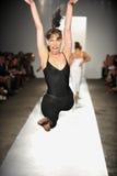 纽约, NY - 9月05日: 舞蹈演员在跑道执行在DL 1961溢价牛仔布春天2013时装表演 免版税库存图片