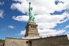 纽约, USA-JUNE 15,2018 :在自由女神象的人旅行  免版税库存照片