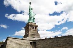 纽约, USA-JUNE 15,2018 :在自由女神象的人旅行  免版税图库摄影