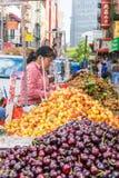 纽约,NY/美国- 08/01/2018:摊贩在纽约的唐人街地区,街市曼哈顿的卖果子 免版税库存照片