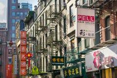 纽约,NY/美国- 08/01/2018:沿一条局促街道的企业标志在纽约的唐人街地区  库存图片