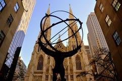 纽约:圣帕特里克的大教堂和地图集雕象 免版税库存照片