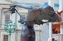 纽约:在古根海姆美术馆大厦的一个女性铜雕塑2014年9月17日 库存图片