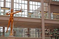 纽约:在古根海姆美术馆的一个金黄雕塑2014年9月17日 免版税图库摄影
