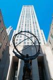 纽约:在洛克菲勒中心前面的地图集2014年9月15日 库存照片